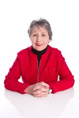 Einsame alte Frau isoliert in roter Weste - winterlich