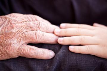 Alte Hand berührt junge Hand