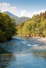Бурная река в красивом горном ущелье