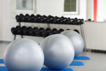 gymnastikbälle und hanteln im fitnessstudio