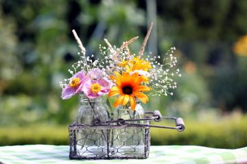 Gesteck Gartenblumen unscharfer Hintergrund