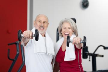 zwei sportliche senioren mit hanteln