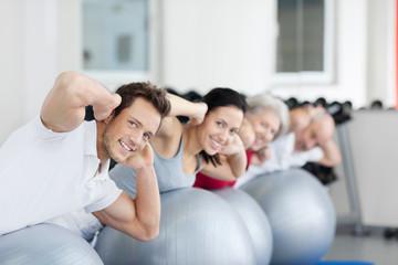 jung und alt im fitnesstudio