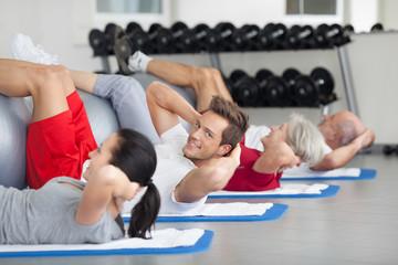 junger mann im fitnesskurs