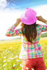 bambina in mezzo al campo