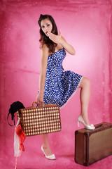 Pin up Girl auf reisen mit Koffer