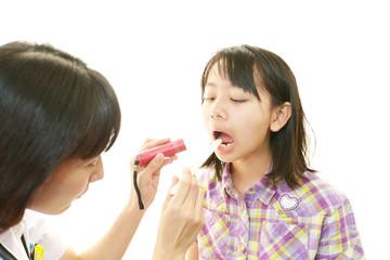 風邪のため診察を受ける女の子