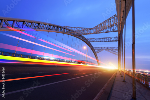 In de dag Tunnel the night of modern bridge,