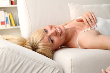 Blondine im Wohnzimmer