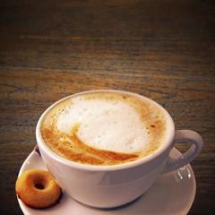 milchkaffee mit biskuit