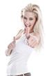 Glückliche junge Frau in Weiß mit Daumen hoch