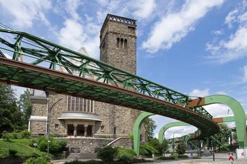 Schwebebahn in Wuppertal Sonnborn vor der Hauptkirche