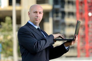 Uomo d'affari con computer portatile