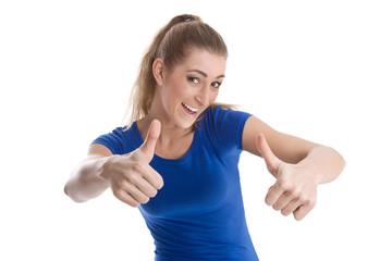 Frau drückt beide Daumen - lachend isoliert in blauem Shirt