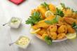 Piatto di pesce fritto con salse