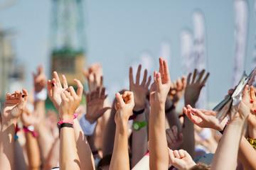 Menschenmenge beim jubeln