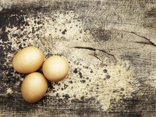 huevos sobre una viejo madero