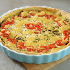 Deftige Tarte mit vegetarischem Hack und Tomaten