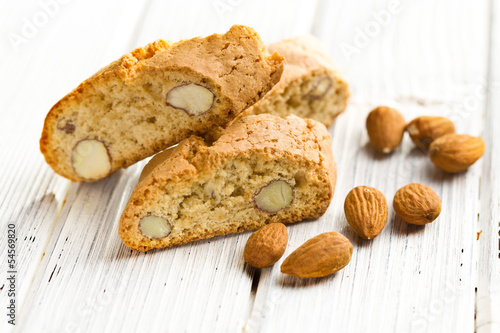 cantuccini cookies and almonds