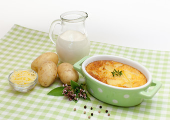 Kartoffelgratin in moderner Auflaufform