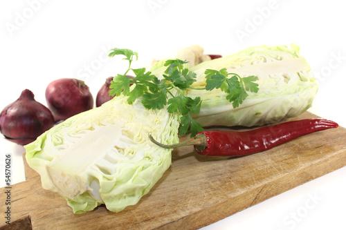 Spitzkohl mit Petersilie und Zwiebeln