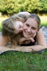 Tochter gibt Mutter einen Kuss