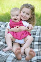 Glückliche Schwestern