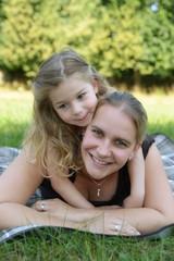 Lachende Mutter mit Tochter