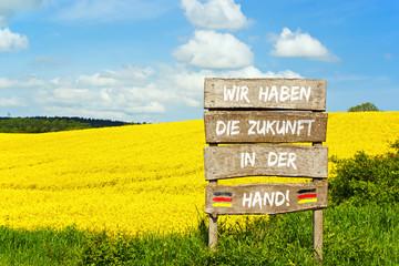 Holzschild - Wir haben die Zukunft in der Hand!