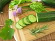 Zubereitung von Gurkensalat mit Kräutern
