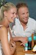 Lachendes glückliches junges Paar im Urlaub