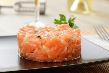 Tartare di salmone crudo con pinoli e sedano