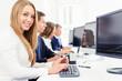 lächelnde Geschäftsfrau bei der Teamarbeit am Computer