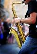 musicista suona sassofono in strada - 54595265