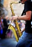 Fototapety musicista suona sassofono in strada
