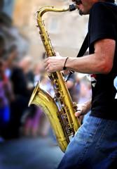 musicista suona sassofono in strada