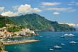 Amalfi con sfondo monti lattari e barche