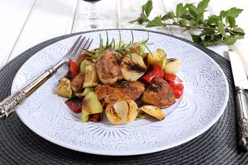 deliziosa carne arrosto con legumi su piatto di ceramica