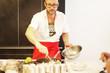 Mann in Küche mit Kochlöffel