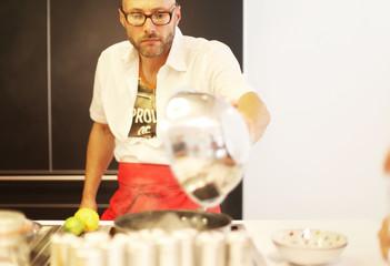 Mann in Küche mit Schüssel