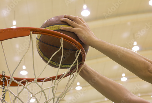 Fotografiet scoring basket in basketball court