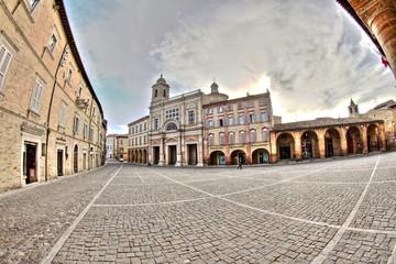 Piazza del Popolo e palazzo comunale di Offida, Marche, Italia