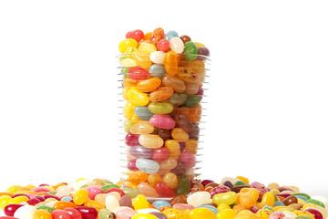Jelly Beans in einem Glas vor weißem Hintergrund