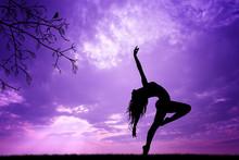 Dziewczyna tańczy