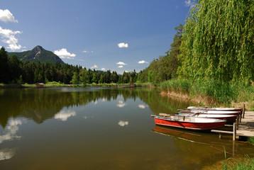 Boote liegen am Völser Weiher in Südtirol