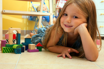 Bambina sorridente gioca in cameretta#3