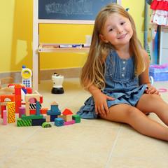 Bambina sorridente gioca in cameretta