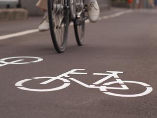 Radfahrer mit Anzug und Lederschuhen