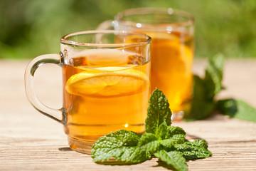 frischer aromatischer schwarzer tee mit zitrone und minze