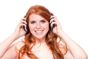 attraktive junge rothaarige frau hört musik isoliert
